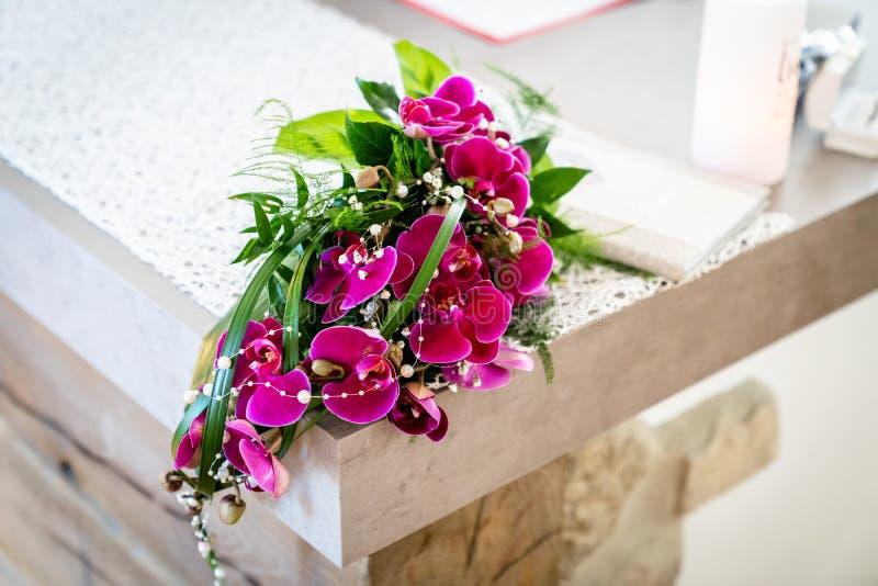 Der Brautblumenstrauß mit purpurroten Orchideen stockfotos