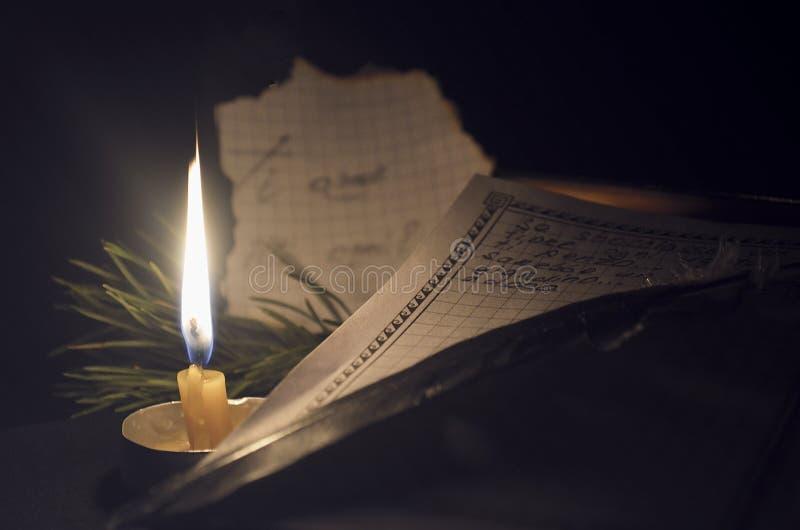 Der Brief wird in Stift auf die Kerze geschrieben stockfotos