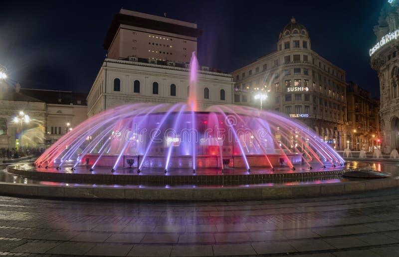 Der Brunnen auf der Piazza de Ferrari in leuchtenden Farben lizenzfreies stockfoto