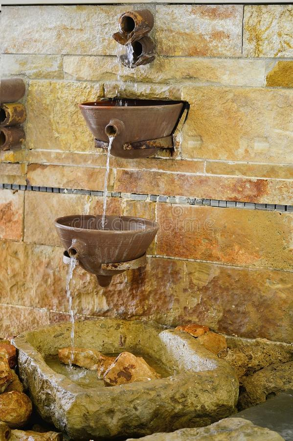 Der Brunnen in der griechischen Art innerhalb des Hotels Coral Beach Hotel Resort Cyprus im Juni 2017 in Zypern-PATHOSE lizenzfreies stockfoto