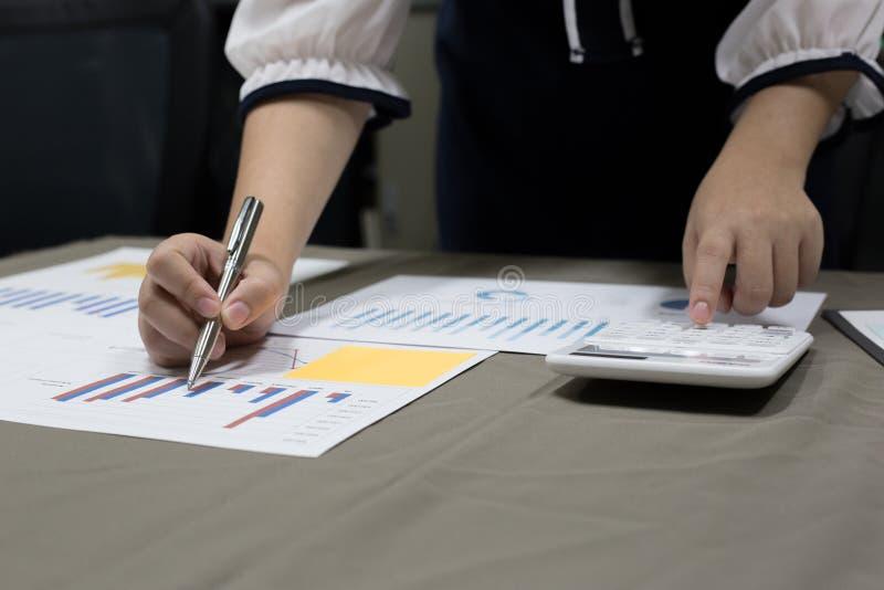 Der Buchhalter hat die Finanzbuchhaltungskonten des neuen Investors überprüft lizenzfreie stockbilder