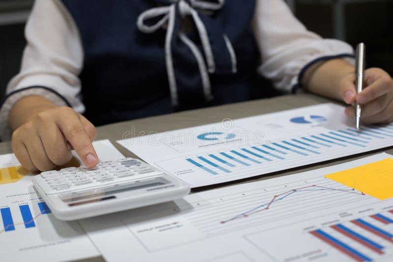 Der Buchhalter hat die Finanzbuchhaltungskonten des neuen Investors überprüft stockfoto