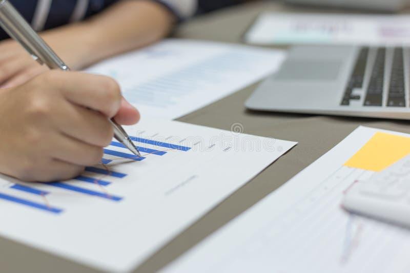 Der Buchhalter hat die Finanzbuchhaltungskonten von neuen Investoren überprüft stockbilder