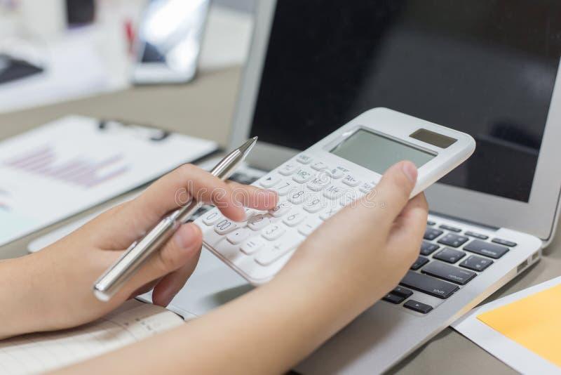 Der Buchhalter hat die Finanzbuchhaltungskonten von neuen Investoren überprüft stockbild