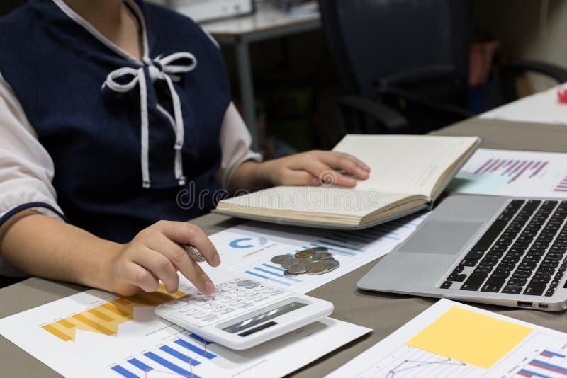 Der Buchhalter hat die Finanzbuchhaltungskonten von neuen Investoren überprüft lizenzfreies stockfoto