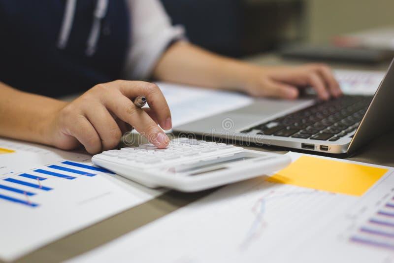Der Buchhalter hat die Finanzbuchhaltungskonten von neuen Investoren überprüft lizenzfreies stockbild