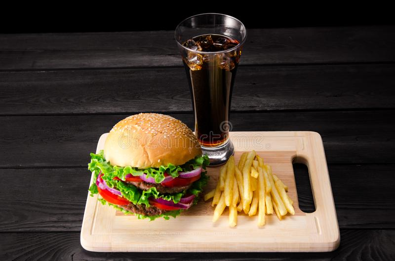 Der Burger diente im Brötchen im Schnellimbisskonzept der Nahrung stockbild