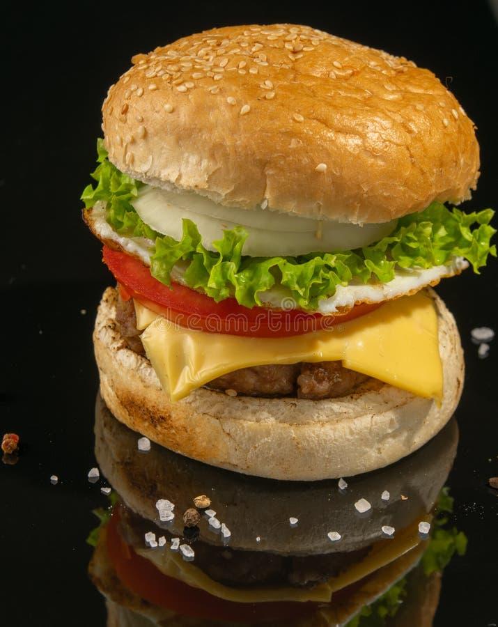 Der Burger ` s Auftritt ist unterschiedlich Archivierung auf einem weißen hölzernen Hintergrund stockfotos