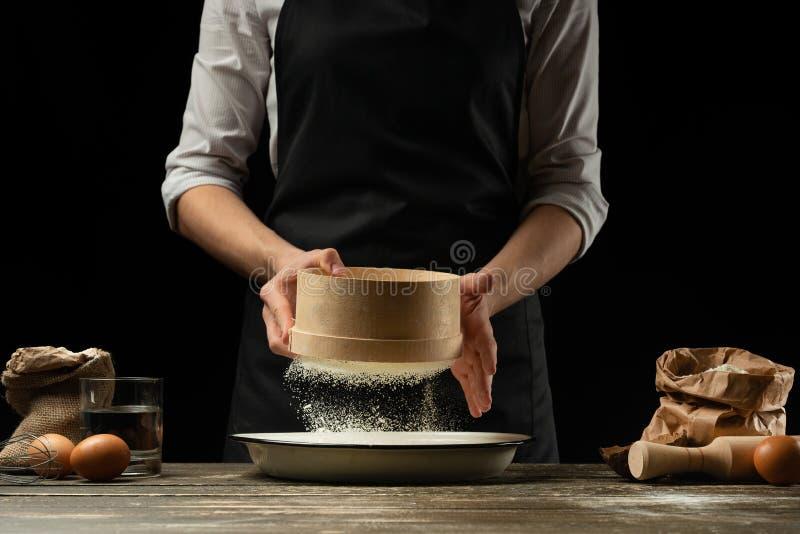 Der Chef arbeitet mit Mehl, für das Kochen von focaccia, von italienischen Teigwaren, von Pizza oder von Brot Einfrieren in der B stockbilder