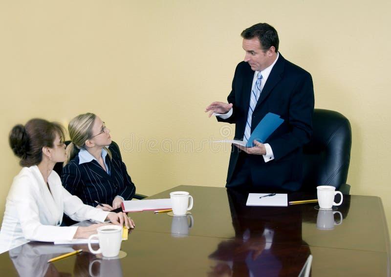 Der Chef erklärt lizenzfreie stockfotografie