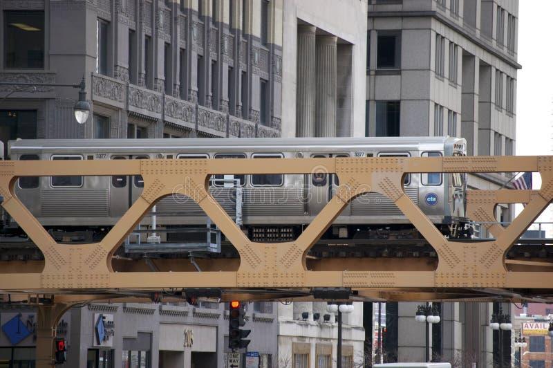 Der Chicago-EL-Zug, der eine Brücke - Chicago, IL USA kreuzt stockbilder