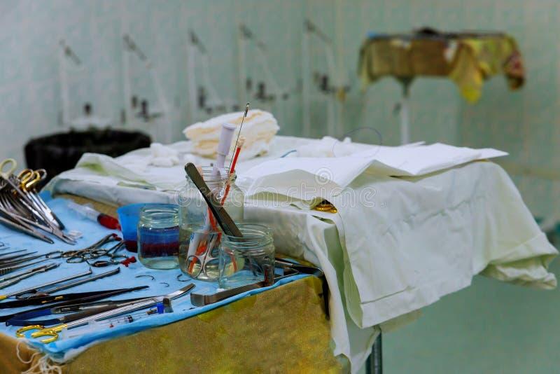 Der Chirurg in den Instrumenten der Chirurgie im Operationsraum lizenzfreie stockfotografie