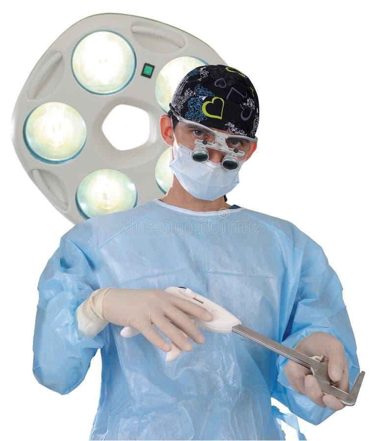 Der Chirurg führt eine chirurgische Operation unter Verwendung eines speziellen Instrumentes und einer Ausrüstung durch lizenzfreies stockfoto