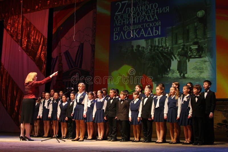 Der Chor der Kinder beglückwünscht die Veterane des zweiten Weltkriegs stockfoto