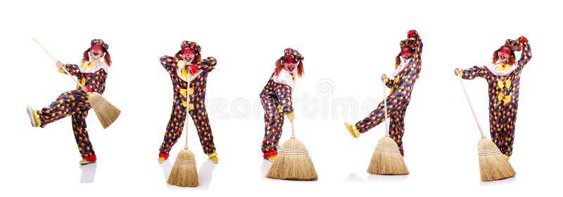 Der Clown mit dem Besen lokalisiert auf Weiß lizenzfreies stockbild
