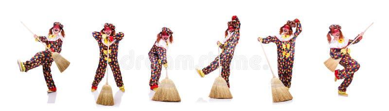 Der Clown mit dem Besen lokalisiert auf Wei? lizenzfreie stockbilder