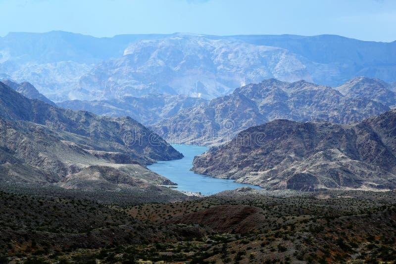 Der Colorado und Berge lizenzfreie stockfotografie