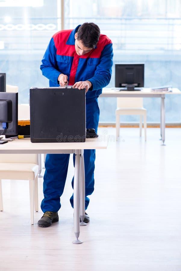 Der Computerschlosserspezialist, der den Computerdesktop repariert stockbilder