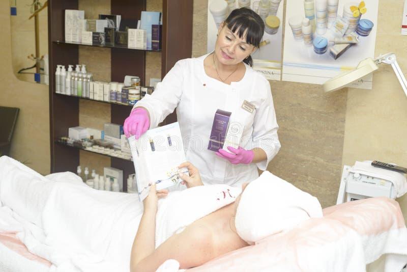 Der Cosmetologist bietet die Kundenkosmetik, Ukraine, Polyana-Dorf, im Dezember 2018 an stockbilder