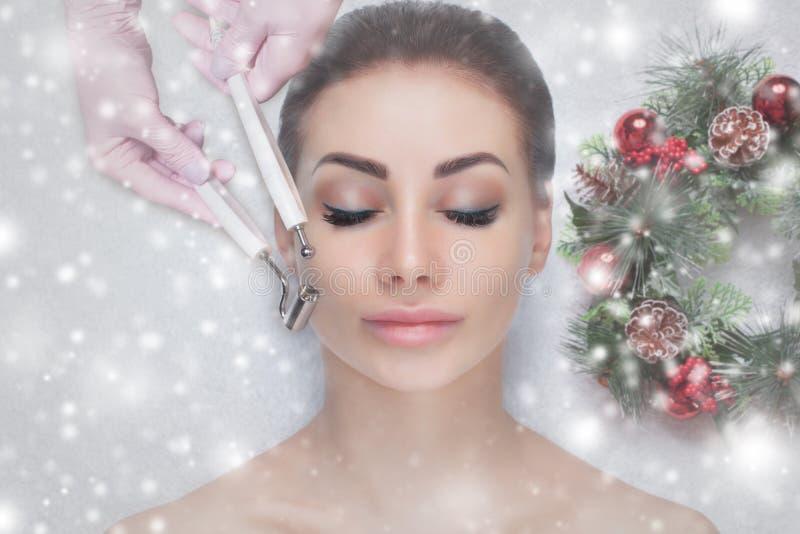 Der Cosmetologist macht das Microcurrent-Therapieverfahren von einer Schönheit in einem Schönheitssalon lizenzfreie stockfotos