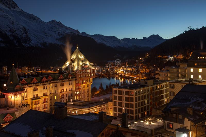 An der Dämmerung Erstaunliche Gebirgslandschaft von St Moritz, die Schweiz lizenzfreie stockfotografie