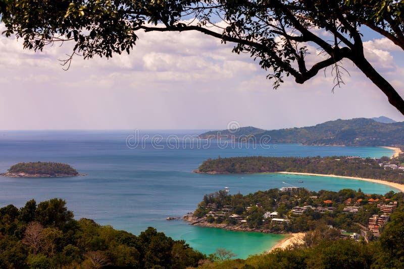 An der Dämmerung Patong-Strand, Karon-Strand, Kata Beach, genommen von Karon-Standpunkt Phuket, Thailand stockfoto