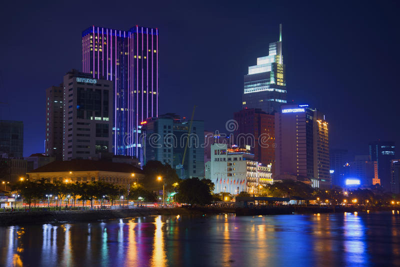 Der Damm von Saigon-Fluss nachts Moderner Ho Chi Minh City, Vietnam stockfotos