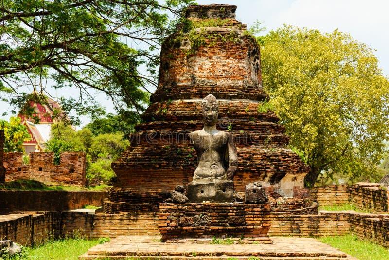Der defekte alte Buddha hat keine Arme stockfotos