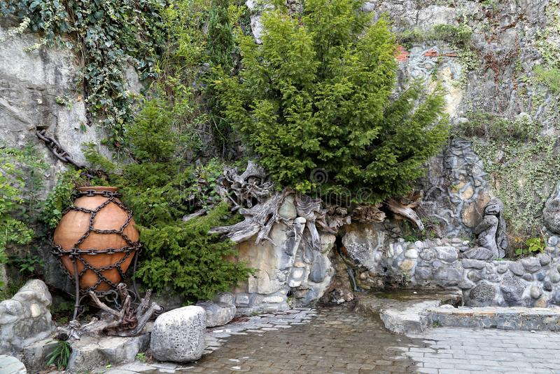 Der dekorative Entwurf des Felsens nahe dem Wasserfall im Stadtzentrum lizenzfreie stockfotografie
