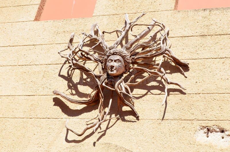 der dekorative hölzerne Kopf, der von ihrem Baum auftaucht, wurzelt Griechische Mythologie lizenzfreie stockfotos