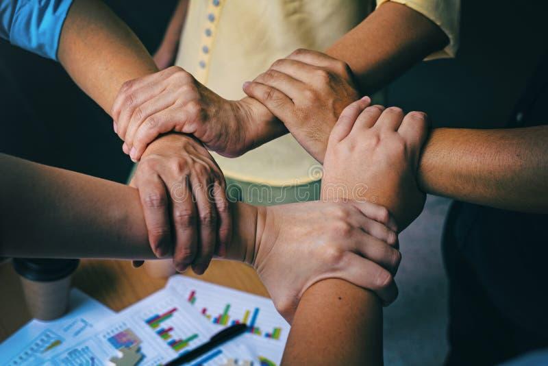 Der Designhintergrund der abstrakten Kunst der Geschäftsgruppe, die Hände, die sich zusammen Teamwork-Konzepten anschließen, arbe stockbilder