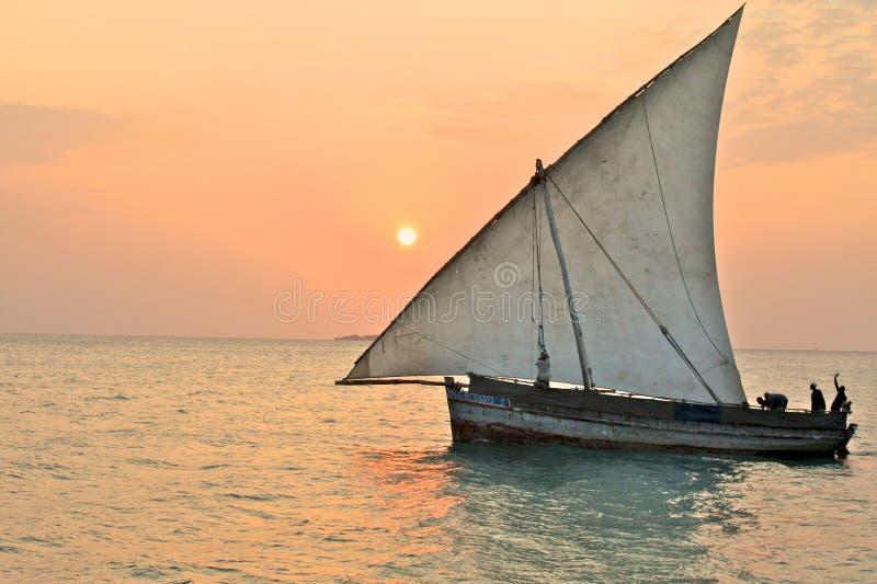 Der Dhow der lokalen Fischer in Tansania lizenzfreie stockbilder