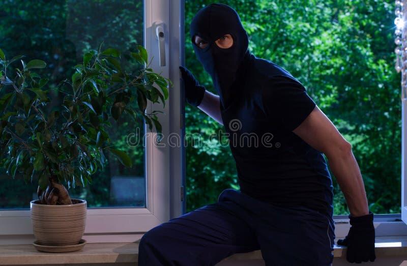 Der Dieb brach in die Wohnung ein stockfotografie