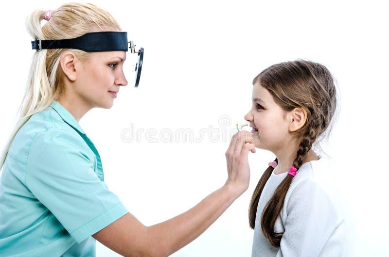 Der Doktor überprüft die Nase des Patienten lizenzfreies stockbild