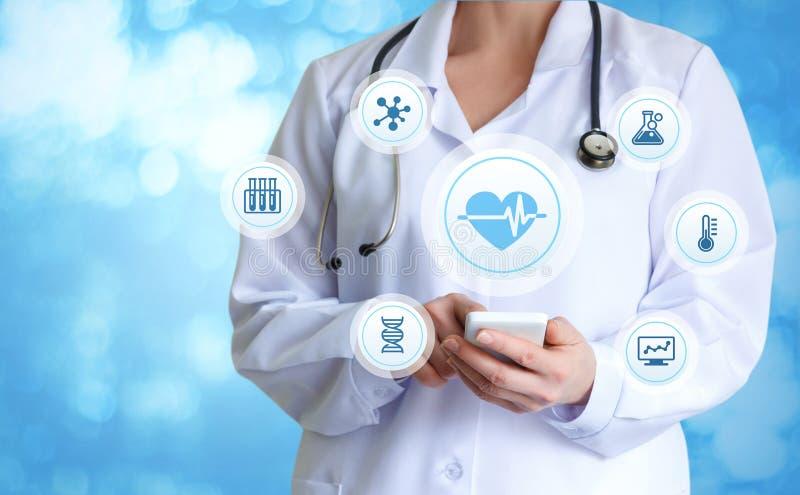 Der Doktor bietet an, die Gesundheit von zu überprüfen lizenzfreie stockbilder