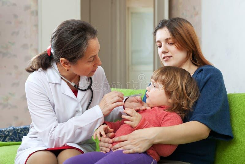 Der Doktor der Kinder, der 2 Jahre Kind überprüft lizenzfreies stockfoto
