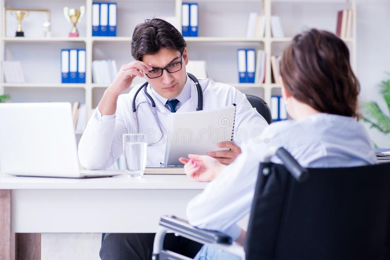 Der Doktor, der entmutigenden Laborversuch teilt, resultiert zum Patienten lizenzfreies stockbild