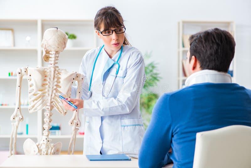Der Doktor erklärt Patienten mit Nackenverletzung lizenzfreies stockfoto