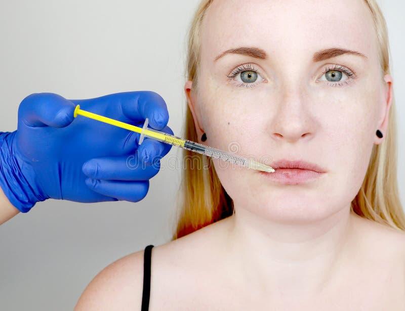 Der Doktorkosmetiker leitet Konturnplastiklippen: eine Einspritzung in die Lippen, Lippenvermehrung Hyalurons?ureeinspritzung lizenzfreies stockbild