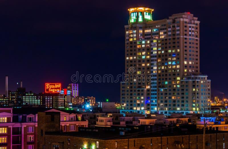 Der Domino zuckert Fabrik und HarborView-Kondominien nachts f lizenzfreies stockfoto