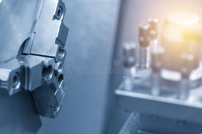 Der Drehbankmaschinen- oder -Drehmaschineausschnitt die Stahlmutter stockfoto