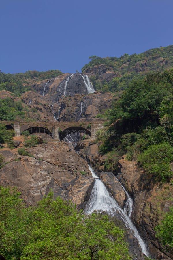 Der Dudhsagar-Wasserfall lizenzfreie stockfotos