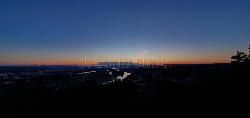 Der dunkle Sonnenuntergang lizenzfreie stockfotos