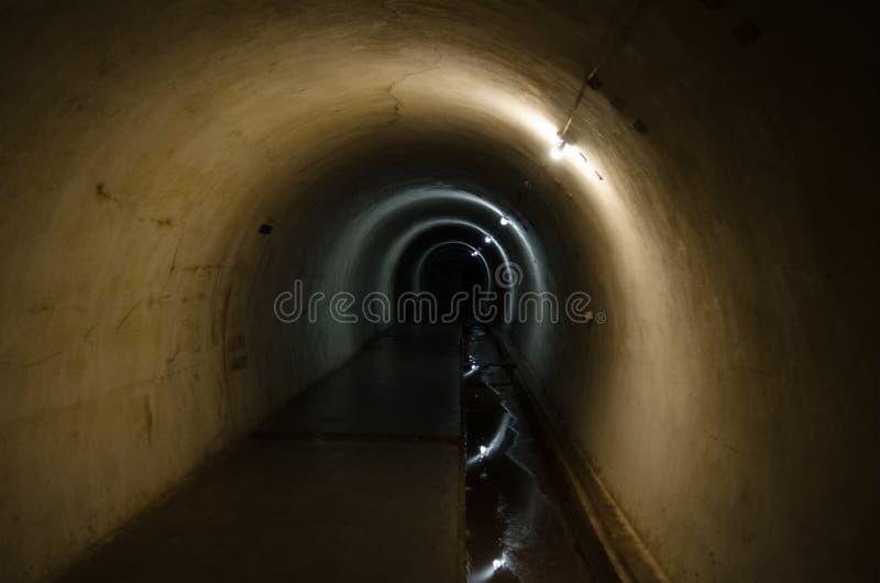 Der dunkle Tunnel lizenzfreie stockbilder