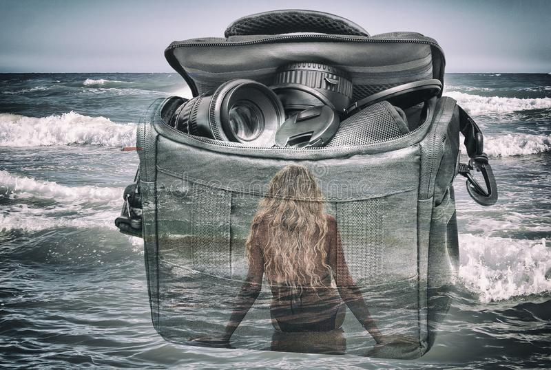 Der Effekt der Doppelbelichtung: die Kamera, das Mädchen und das Meer lizenzfreie abbildung