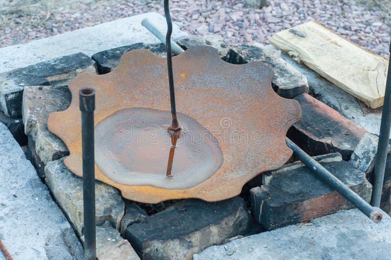 Der Effekt der Korrosion auf Metall im regnerischen Wetter lizenzfreies stockfoto