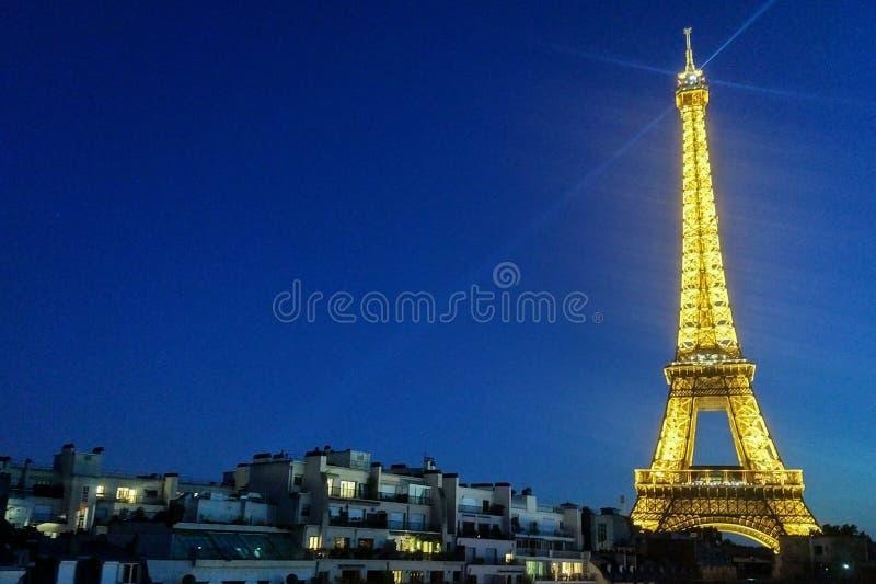Der Eiffelturm-Ausflug Eiffel leuchtete gegen einen dunkelblauen Himmel stockfotos
