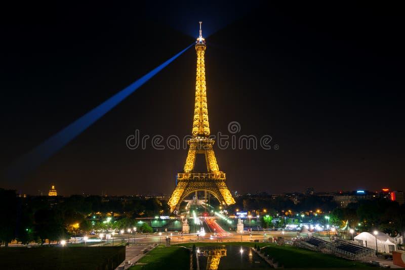 Der Eiffelturm nachts in Paris stockfotos