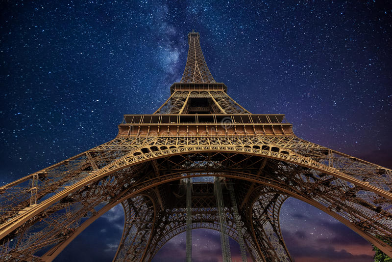 Der Eiffelturm nachts in Paris, Frankreich lizenzfreie stockfotos