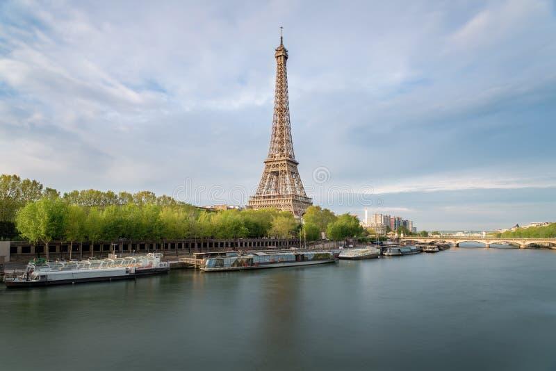 Der Eiffelturm vom Fluss die Seine in Paris, Frankreich lizenzfreies stockbild